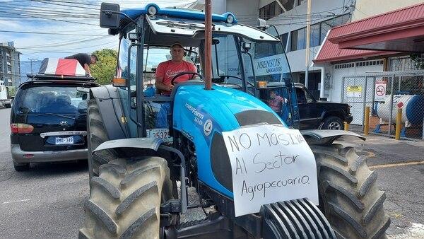 Este chofer ni se preocupó por ponerse protección. Foto:Tomada del Facebook de la ANEP.