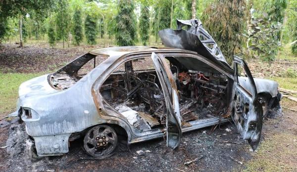El carro fue quemado y dejado dentro de una propiedad. Foto: Reiner Montero