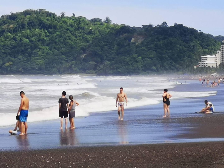 Turistas aprovechan el fin de semana largo del 25 de julio para visitar playa Jacó, en Garabito, Puntarenas. Foto: cortesía de Jorge Castillo.