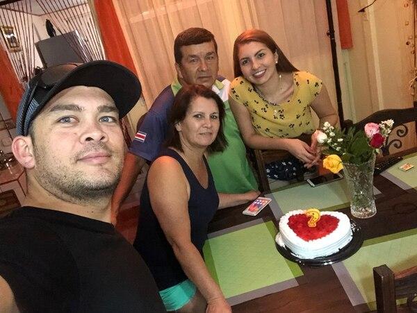 Don Carlos siempre trabajó mucho por darle lo mejor a su esposa Alba y a sus hijos Nazareth y Andrey. Foto: Cortesía de Andrey Aguilar.