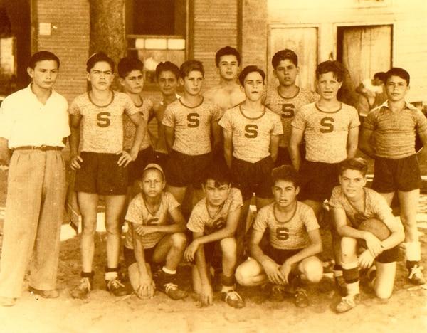 Don Beto Fernández al lado del equipo infantil de Saprissa en 1944. Foto: Cortesía José Antonio Pastor