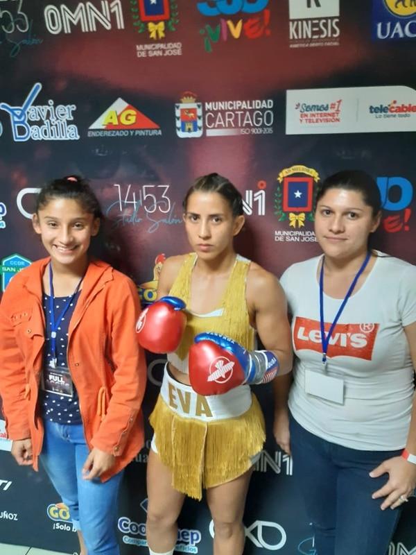 Jennifer González (izq) y su madre Evelyn Vindas junto a la campeona Yokasta Valle, en el propio camerino, este sábado. Foto Evelyn Vindas