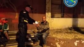 Coronavirus: Polis llevan ayuda a indigentes que se quedaron sin comida por cierre de negocios