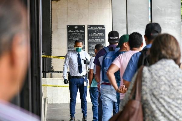 Los bancos tendrán horario especial en los cantones con alerta amarilla. Foto de Jorge Castillo