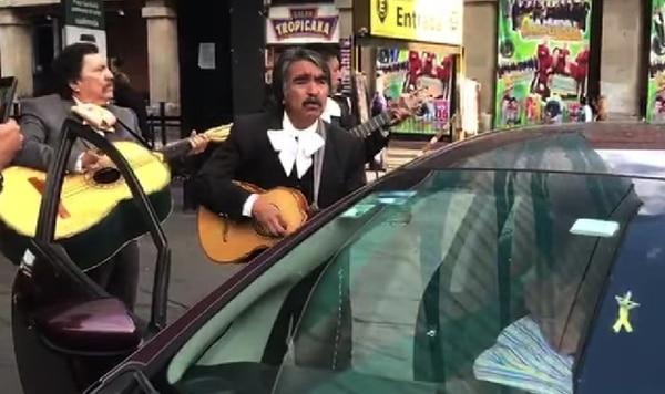 La tica no se quedó con las ganas de que los mariachis de Garibaldi le echaran su serenata. Foto: Suministrada por Shirley Vásquez