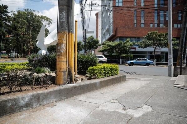 El explosivo fue puesto a la par de este poste. Foto Jeffrey Zamora