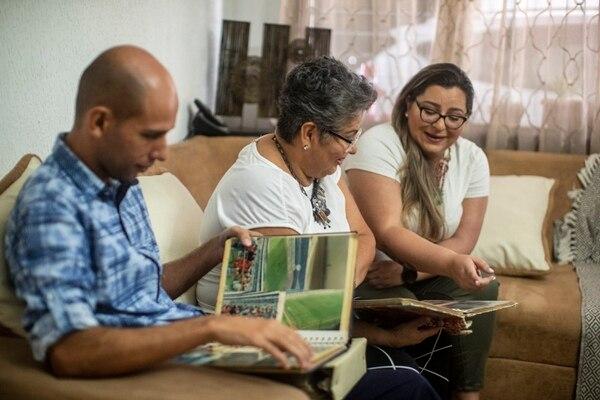Juan Carlos Segnini (hijo) junto a Patricia y Geanina guardan como un tesoro las fotos. Fotografía: José Cordero
