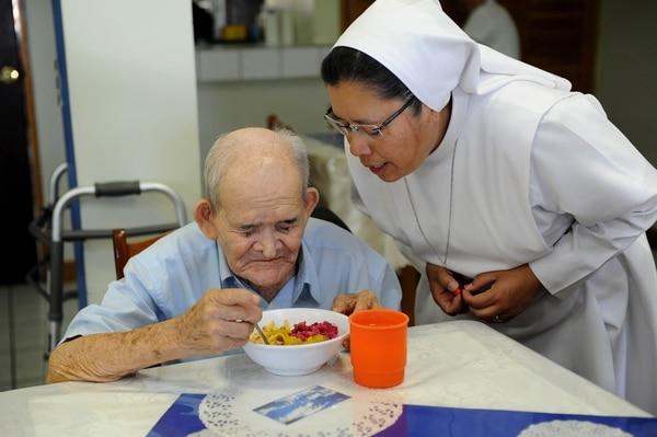 La hermana Dediany Dimatteo Pérez, es una de las que cuida a Chepito en el hogar de ancianos de Piedades de Santa Ana. Foto Melissa Fernádez.