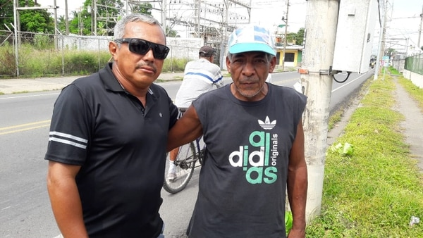 Don Sixto (a la derecha) estaba muy conmovido por lo ocurrido. Foto: Andrés Garita