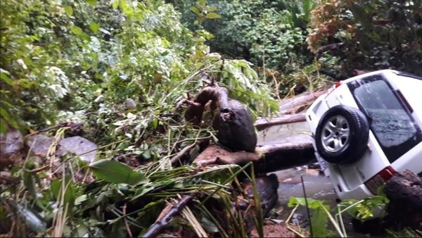 La corriente del agua además del carro arrastró troncos y piedras. Fotos: Alfonso Quesada