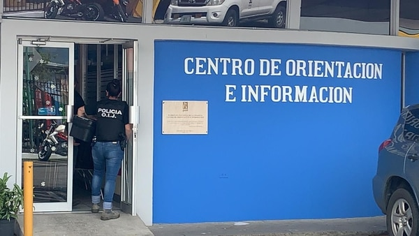 Los agentes allanaron las oficinas del PANI localizadas en barrio Luján, en San José. Foto: Alonso Tenorio.