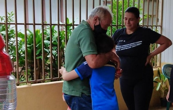Los nietos de don Juan Bautista se pusieron todos contentos cuando él apareció. Foto: Cortesía de Yessenia Aguilar.