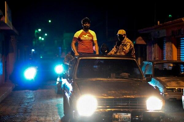 Los civiles armados obligan a las personas a quedarse en casa. AFP