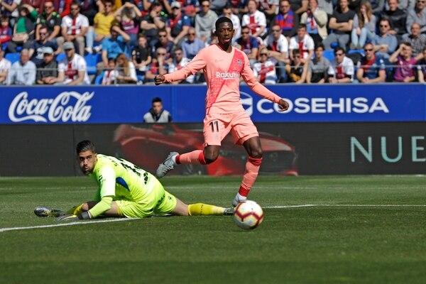 Ousmane Dembélé estuvo a punto de abrir el marcador contra el Huesca en esta llegada, pero su disparo se fue desviado. AP