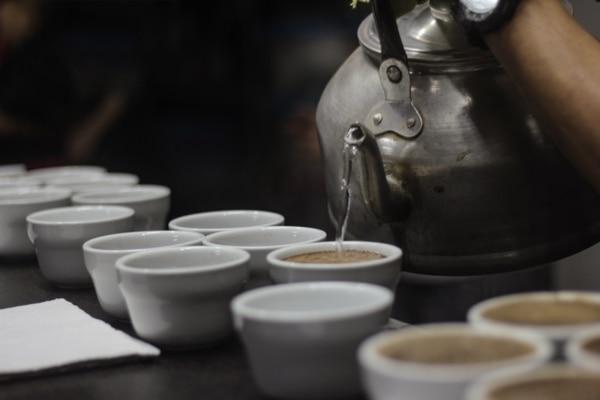 A diferencia del proceso industrial, la cooperativa ofrece un café reserva de edición limitada elaborado 100% de forma artesanal. Foto: Cortesía