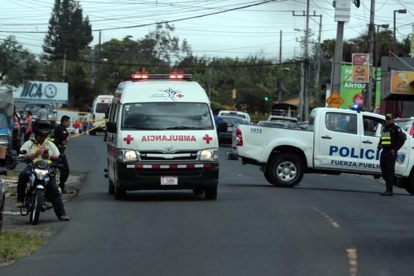 Los tres heridos fueron llevados al hospital Calderón Guardia, donde el tercer asaltante falleció. Foto Alonso Tenorio