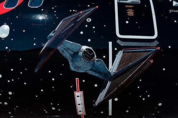 Una nave Caza TIE de la Primera Orden, se puede ver del lado del mal. Cortesía United.