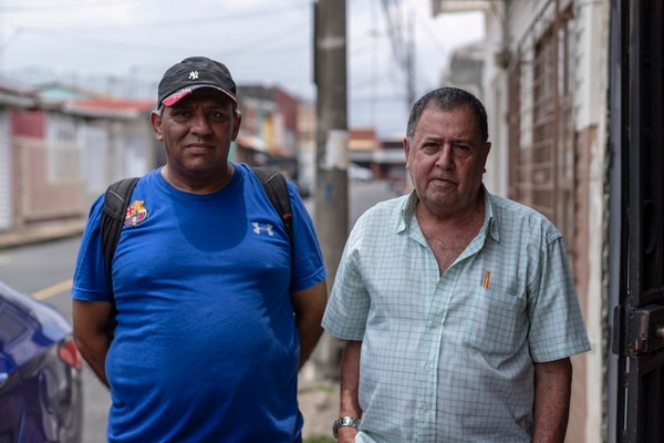 Francisco Acuña y don Mario Morua dijeron que todos en San Gabriel de Calle Blancos están muy dolidos por la muerte de Chepito. Fotografía José Cordero