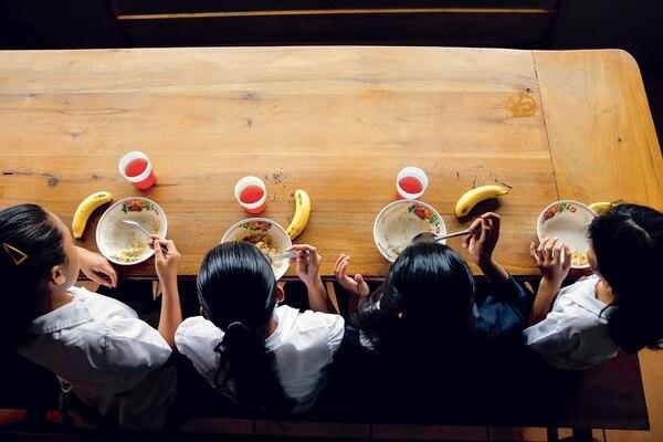 Las nuevas recetas buscarán bajar el consumo de harinas y azúcares en los niños. Foto Adrián Soto.