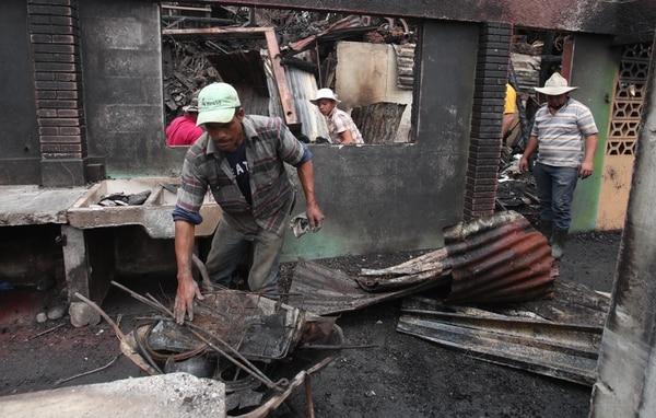 Los familiares y vecinos limpiaban los escombros que dejó las llamas. Fotografia: Graciela Solís