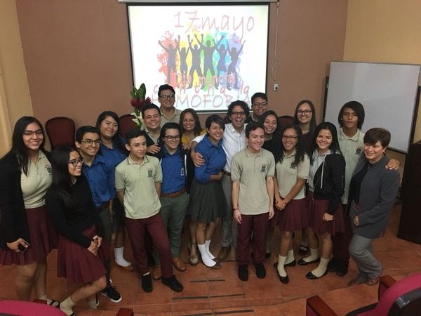 Estudiantes del CTP de Dos Cercas de Desamparados conversaron con el ministro Edgar Mora sobre la necesidad de sacar la discriminación de las aulas. Foto: Flor Calderón