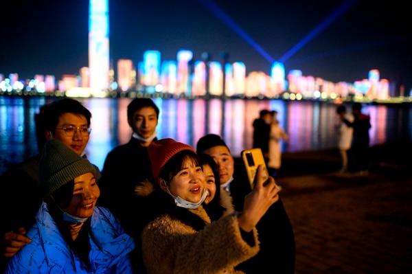 El cambio de año no significa dejar atrás las mascarillas. AFP