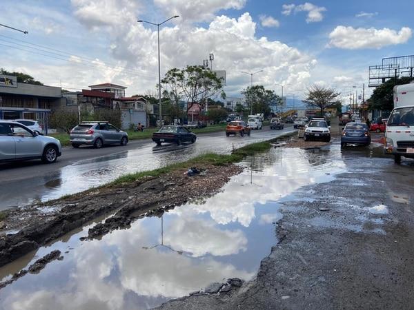 Este lunes a mediodía el agua seguía empozada, los vecinos aseguran que con la lluvia se adueña de la calle. Foto: S. Coto