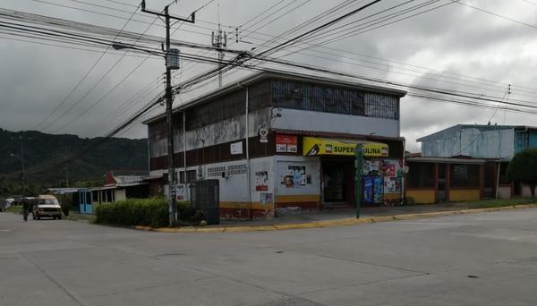 Según un testigo, el porteador recogió a un cliente en un minisúper. Foto: Keyna Calderón.