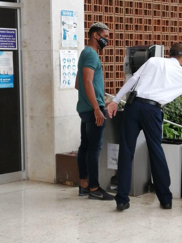 El jugador cumplió con los protocolos de lavado de manos antes de entrar al edificio de la corte. Foto: Keyna Calderón