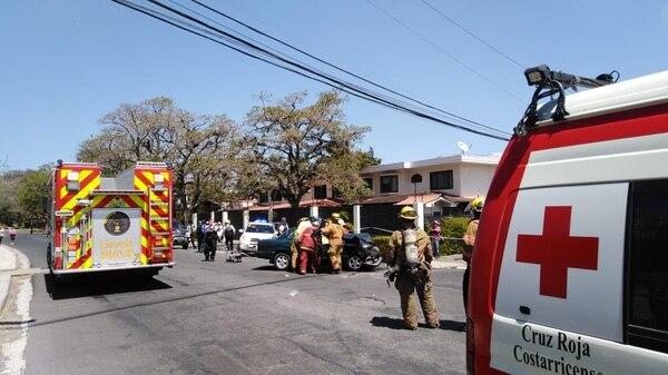 Los rescatistas tuvieron que usar equipo para cortar latas para liberar a los ocupantes de uno de los carros. Foto: Cortesía