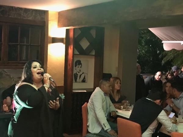 Karina Severino canta tan hermoso que hasta Keylor Navas le ha aplaudido. A ella la pueden contratar al 8451-1629. Archivo