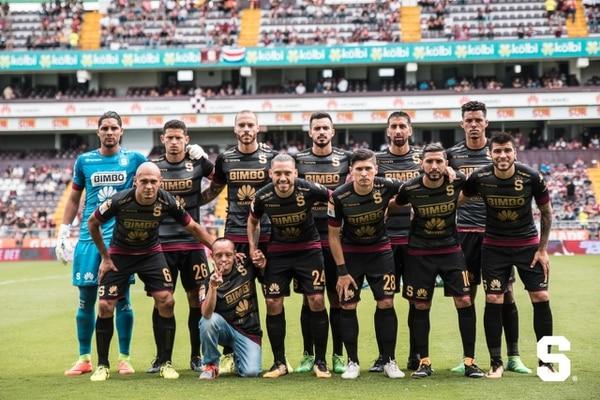 Willy salía en las fotos con los jugadores. Acá compartió con Angulo, Colindres y Ramírez. Cortesía Saprissa.
