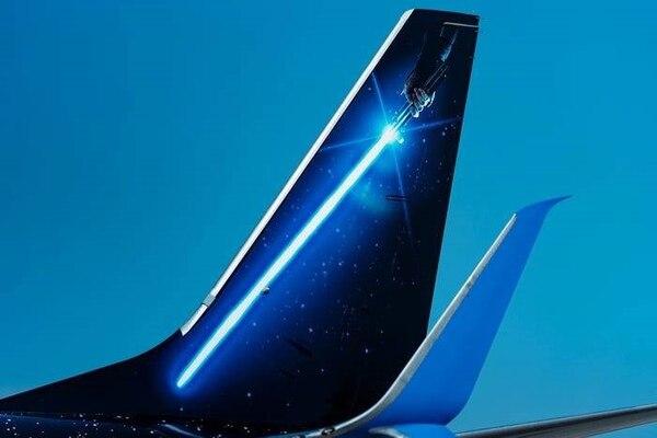 El sable láser que usará Rey en la próxima película, a estrenarse en diciembre, está pintada en la cola de Boeing. Cortesía United.