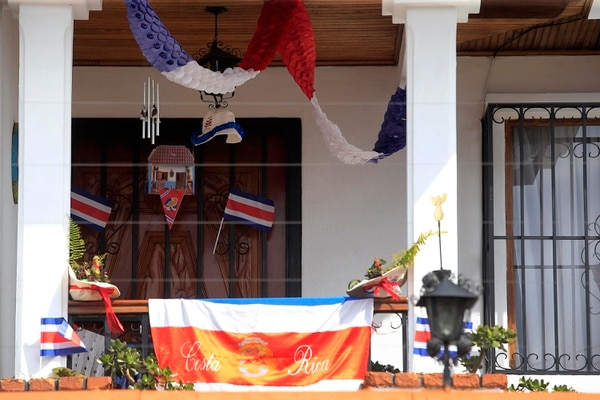 En el balcón de la casa hay chonetes, banderas y hasta un farol que se enciende durante las noches. Rafael Pacheco.