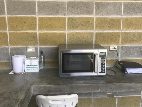 Las parejas pueden usar un microondas para calentar la comida que lleven y además se les dan condones que son suministrados por la Caja. Fotos Adrián Galeano