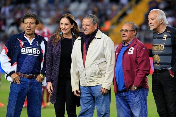 Chico, tercero de izquierda a derecha, fue parte de un homenaje en el Saprissa en marzo de este año. Foto: Rafael Pacheco