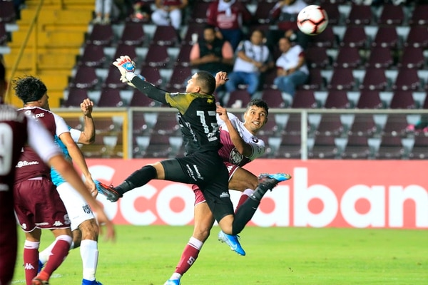 El portero Guerra salió con todo para ver si le tapaba el tiro a Venegas pero no lo logró. Foto: Rafael Pacheco