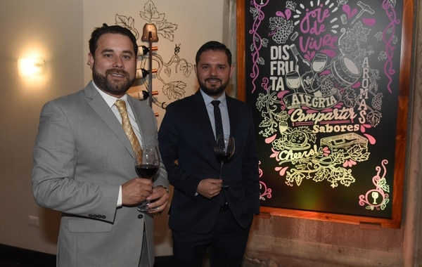 Gustavo Araya, de gris, es abogado y empresario turístico. Foto: Carlos González