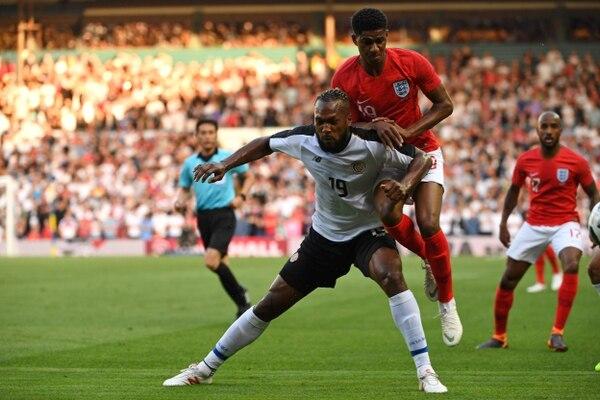 Marcus Rashford se enfrentó a Kendall Waston en un partido amistoso entre Costa Rica e Inglaterra, el 7 de junio de 2018 en Leeds. AFP