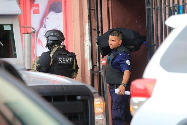 Los agentes del OIJ encontraron la millonada dentro de un edificio tipo cuartería. Foto: Rafael Pacheco