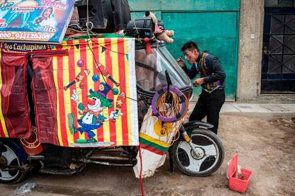 En la mototaxi andan todo lo que necesitan para hacer el show. AFP