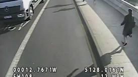 Policía agarra a corredor que empujó a mujer al paso de un autobús