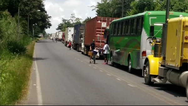 El bus que lleva al cuadro de Limón a San Carlos tiene dos horas de estar detenido en un bloqueo de huelguistas. Foto Limón FC