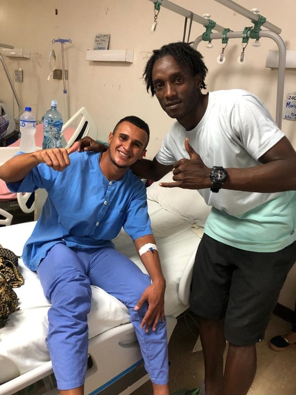 Al futbolista lo operaron en el Hospital Tony Facio y algunos amigos, como Steven Williams llegaron a visitarlo. Cortesía.