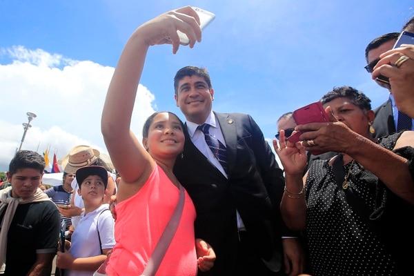 Muchos aprovecharon la accesibilidad de Carlos Alvarado este jueves en Cartago. Foto: Rafael Pacheco