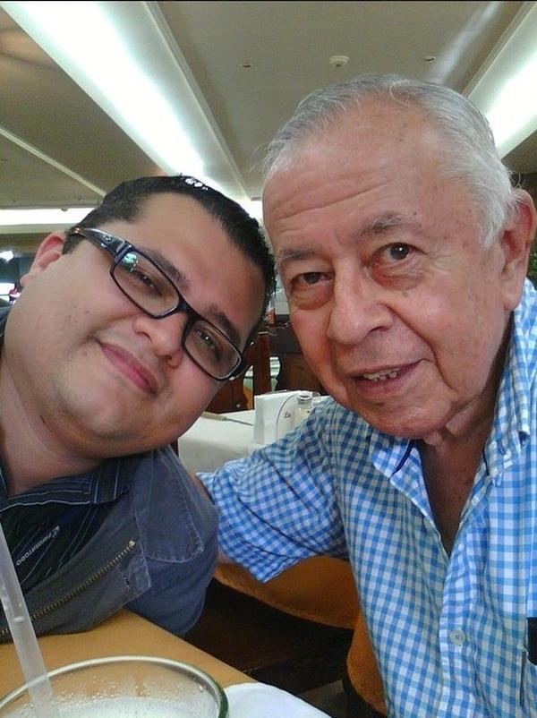 Una foto más reciente de los Enrique, el hijo y el padre. El hijo vino a La Teja y contó algunas historias. Foto: Cortesía.