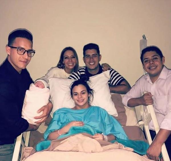 La bebé nació el miércoles a las 4:22 p.m. y allí estuvieron hasta los presentadores de Combate Guateamala. Instagram