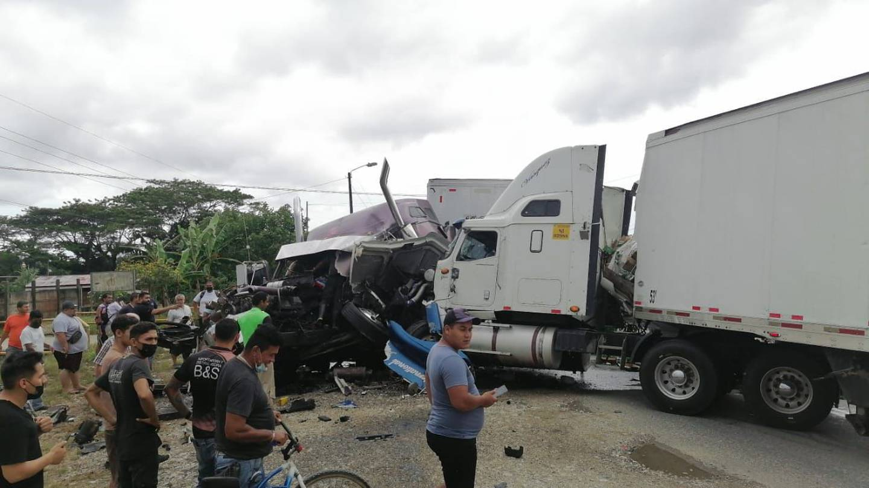Conductores resultan heridos por choque entre dos trailers en Río Claro de Golfito. Fotos Alfonso Quesada.