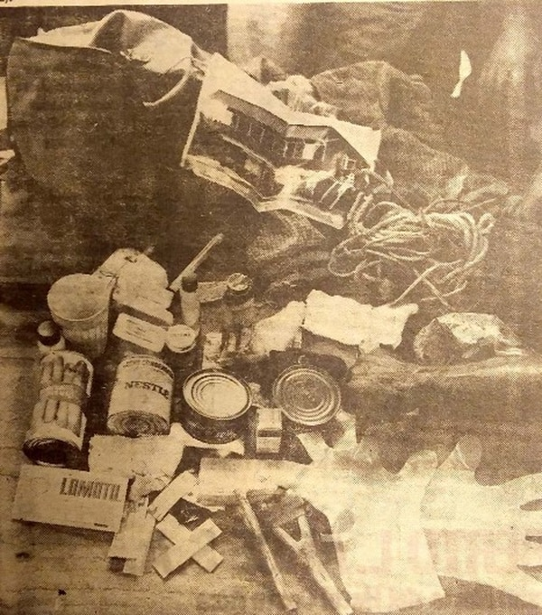 El joven en su mochila cargaba gran cantidad de objetos para vivir en la montaña.