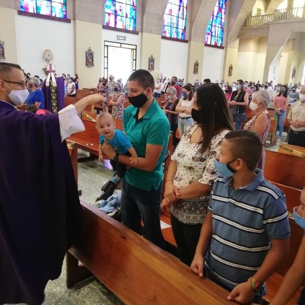 Vean Ronital, recibió su ceniza y hasta posó para la foto; el padre Hidalgo se encargó del signo. Foto Eduardo Vega Arguijo.
